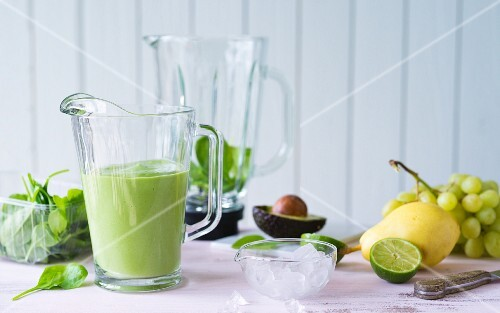 Popeye's Darling: a smoothie made with spinach, avocado, pears and grapes