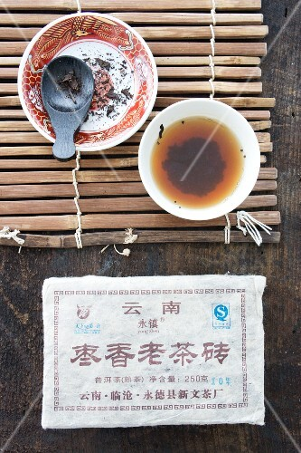 Brewed pu-ehr tea in a tea bowl (seen from above)