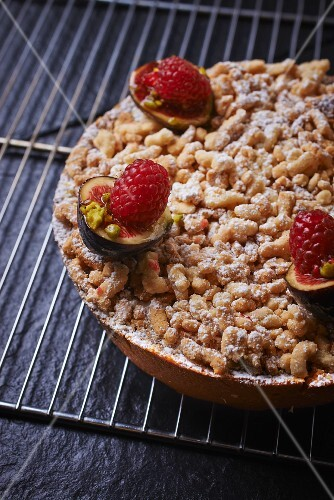 Crumble tart with figs and raspberries