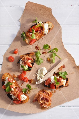 Crostini with tomatoes, bacon and goat's cheese