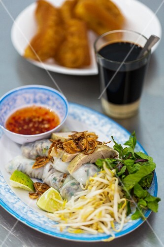Vietnamese Banh Cuon rice paper rolls with bean sprouts and a chilli dip (Vientiane, Laos)