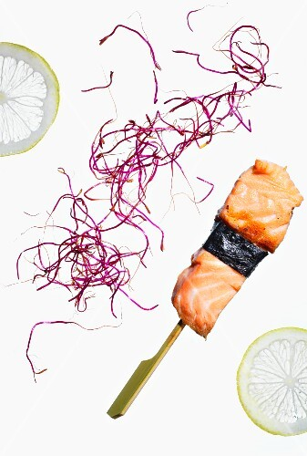 Salmon skewers with nori, red cabbage and lemon slices