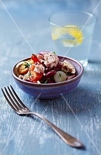 Tuna fish salad with kidney beans, tomatoes and leek