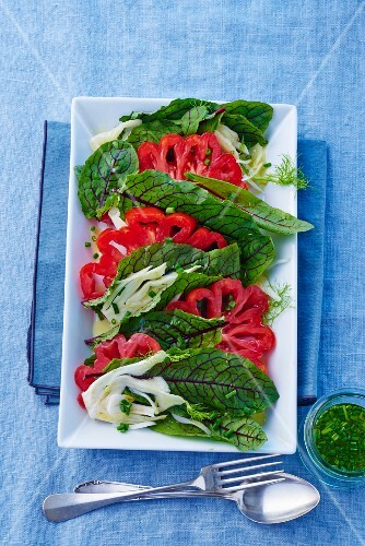 Spinach salad with tomatoes and fennel