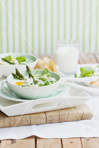 Baked eggs with asparagus and peas