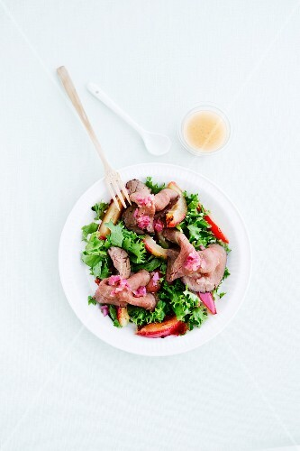 Roast beef salad with plums