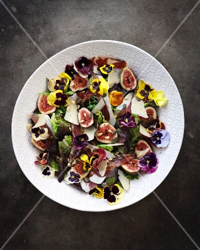 Fig salad with bacon, pansies, pine nuts and Parmesan