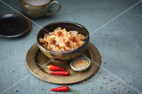 Apple relish with chilli and raisins