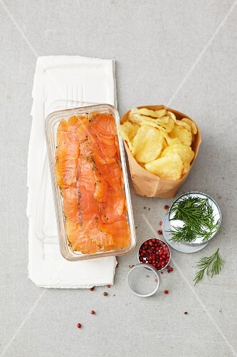 Marinated salmon, crisps, crème fraîche with dill and pink pepper