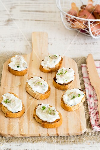 Crostini con gli scalogni (grilled bread topped with shallots and cream cheese, Italy)