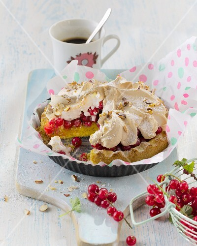 A mini redcurrant cake topped with meringue