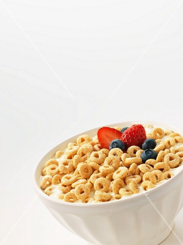 Cereals with milk and berries