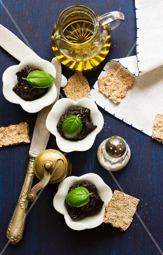 Tapenade with basil, olive oil, salt and crackers