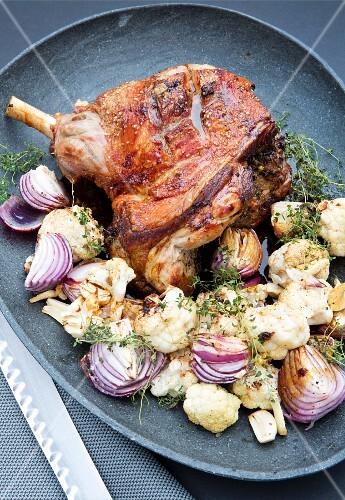 Spicy leg of lamb with cauliflower and red onions