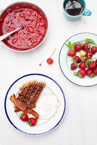 Waffles with bacon, strawberries and a fried egg (USA)