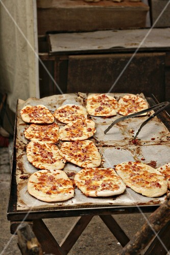 Dinnede (mini tarte flambée) at a market