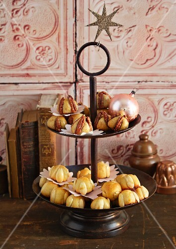 Pecanmännchen and Bethmännchen (pastry made from marzipan with pecan nuts and almonds, powdered sugar, rosewater, flour and egg) on a cake stand