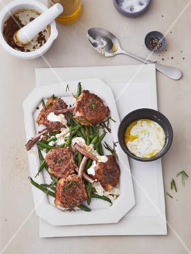 Lamb chops with green beans and yogurt sauce
