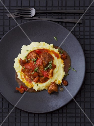 Veal goulash with peppers, chanterelle mushrooms and mashed potatoes