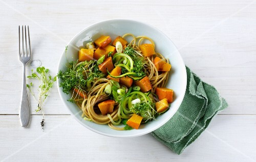 Wholemeal spaghetti with courgette strips and pumpkin sauce