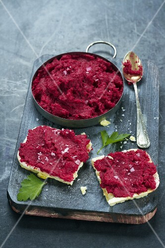 Beetroot spread on rice crackers