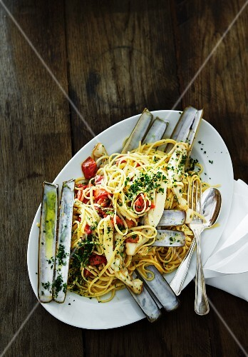 Spaghetti with razor clams and tomatoes