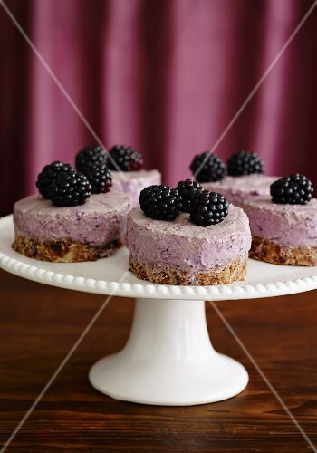 Mini cheesecakes with blackberries