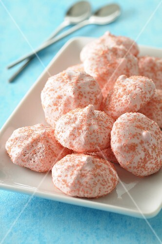 Strawberry meringues with pink sugar