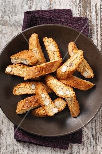 Biscotti in a brown bowl