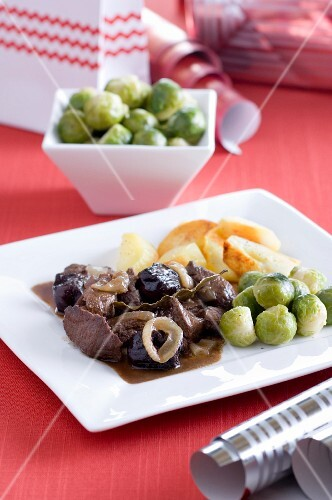 Beef with dried plums, gingerbread spice and Brussels sprouts for Christmas