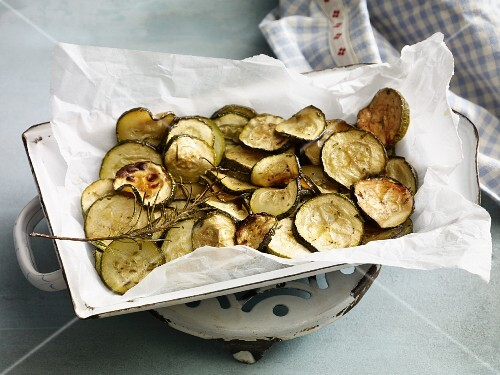 Oven-baked courgette slices with rosemary for an alkaline diet