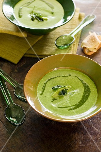 Green vegetable soup with pesto