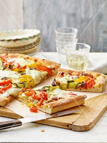 Courgette and pepper pizza with mozzarella