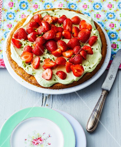 Quick strawberry cake with avocado and lime cream