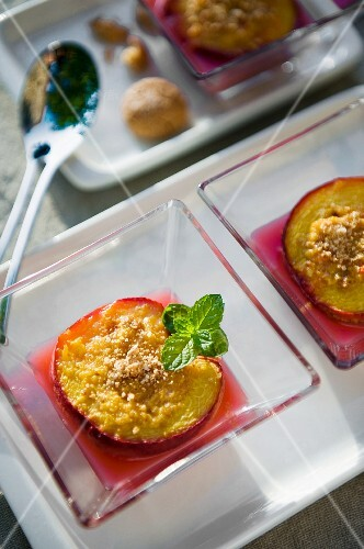 Steamed peaches with ground almond and peppermint