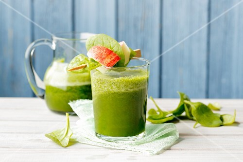 A vegan spinach smoothie made with bananas and kohlrabi leaves