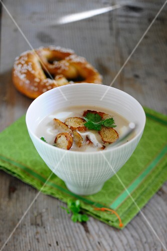 Pretzel soup with parsley