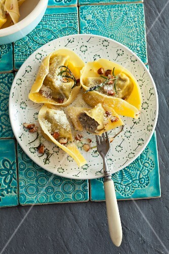 Tortelloni with goose liver and almonds