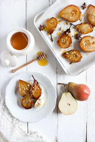Baked pears with honey (seen from above)