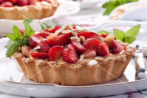 Strawberry tartlets with pudding and almonds