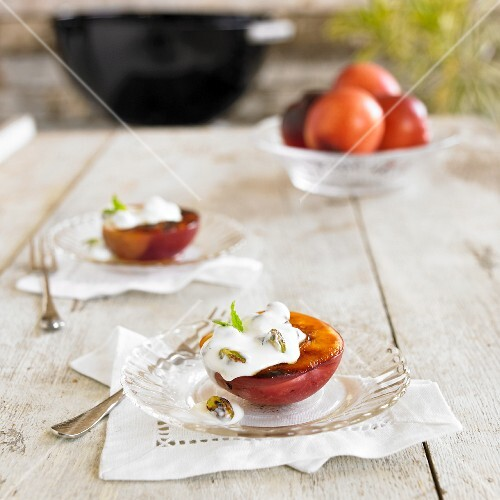 Grilled apples with yoghurt and mint