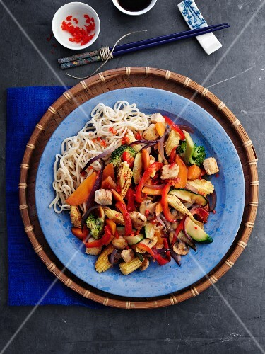 Noodles with vegetables and Quorn