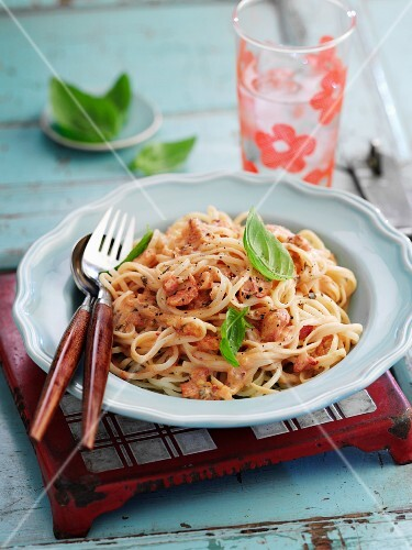 Linguine with chilli sauce and basil