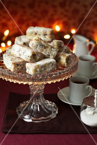 Stollen bites on a cake stand served with coffee