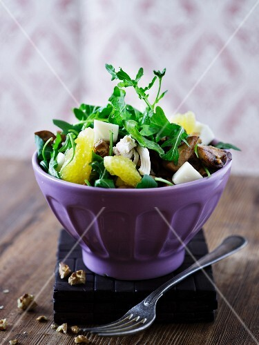 A mixed leaf salad with orange fillets, mushrooms and goat's cheese