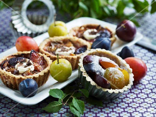 Plum tartlets with icing sugar