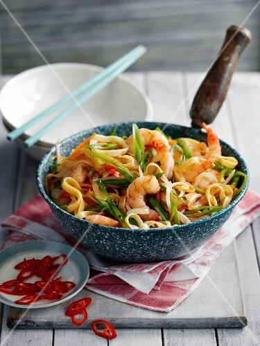 Fried egg noodles with prawns and vegetables