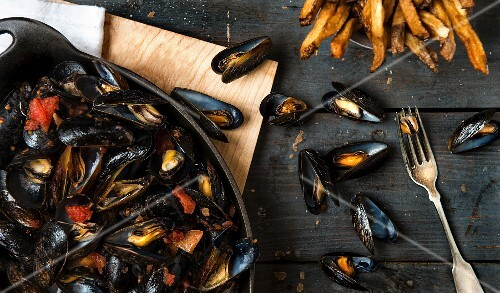 Mussels in a Creole tomato sauce with chips