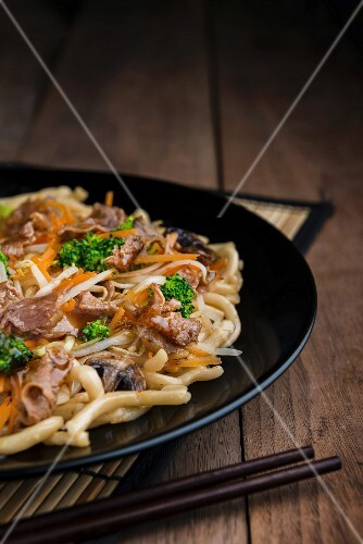 Shanghai noodles with pork, mushrooms and broccoli