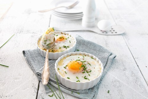 Fried eggs with polenta and chives